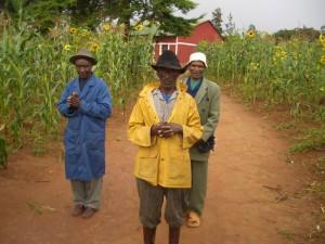 die Dorfältesten trotzen dem Regen zum Abschied