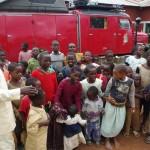 Pastor Sanga dirigiert die Kleinen