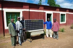 Übergabe des Solarpanel vor dem Kindergarten